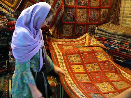 Negociere covoare persane in bazarul din Shiraz Iran