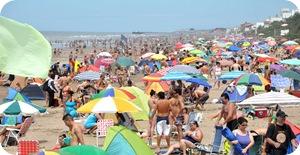 Una multitud en la playa de Santa Teresita