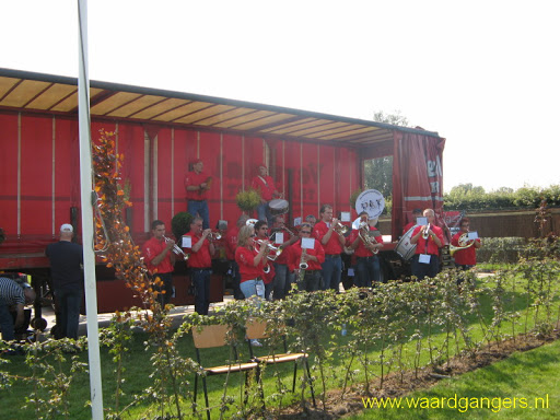 De Waardgangers bij de opening van de kinderboerderij bij Stout's tuincentrum in Bergambacht op 03-09-2011