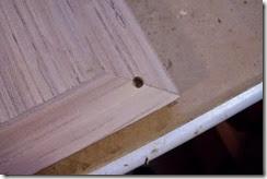 detalle del taladro en el tablero para unir y encolar las patas