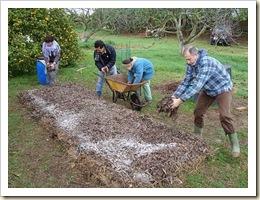 compost-en-montón-abono-tierra-jardín-jardinería