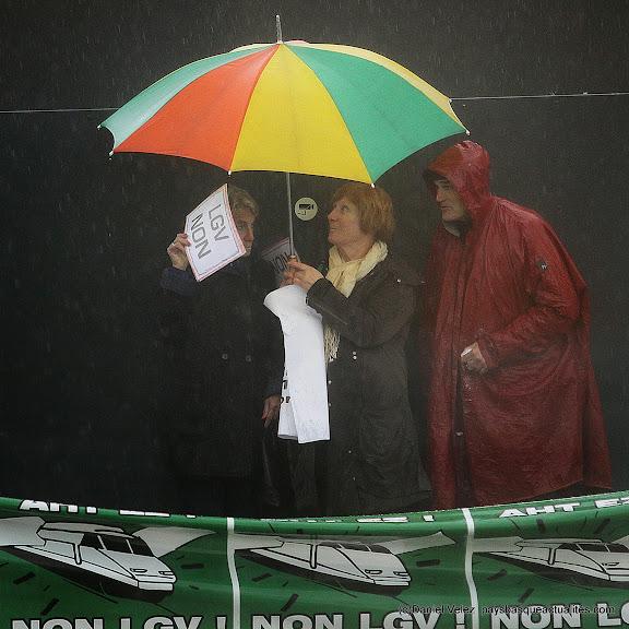 Stoiques sous la pluie pour attendre Alain Rousset