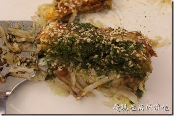 台北南港-小高玉鐵板燒。附菜:廣島燒,還附了一把鏟子。說真的我還是第一次看到「廣島燒」的樣子,偷偷嚐了第一口,感覺普普通通耶!後來又嚐了第二口,味道真的不錯,還來第一口沒有吃到裡頭的料理,只吃到外皮,下刺有機會可以點這個來吃看看。