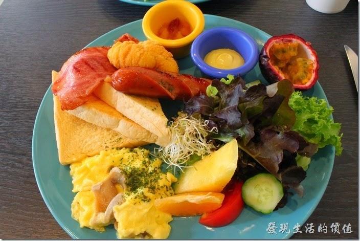 這間位於台南市林森路上的【初食手作廚房】也是在一年多前(2013.08)開幕的,似乎台南市有很多早午餐、輕食咖啡廳大多在那個時節開幕。起初自己對這家賣早午餐的店家也沒有太多的印象,因為店家不大,只有一樓,裝潢也不是很突出的那種,算是簡約風格吧!但用過餐之後發現店主人對其餐點還蠻用心的。
