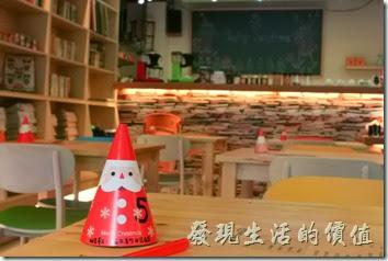 台南-PICTURESQUE早午餐。大概是聖誕節前夕吧,這裡的每張桌子上都有放了一個聖誕老公公圖案的號碼紙牌,上面還寫著歪壞的密碼,開始很有過聖誕節的氣氛了。