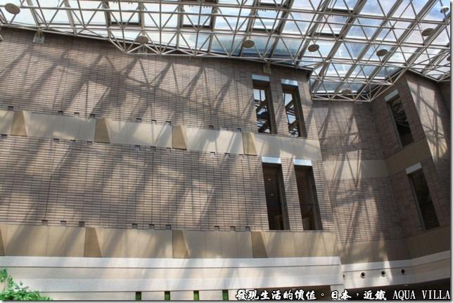 日本伊勢志摩市的近鐵水上別墅飯店(Hotel Kintetsu Aquavilla Ise-Shima),飯店的建築巧妙的運用的太陽光及其陰影,來營造出樹蔭下的感覺。