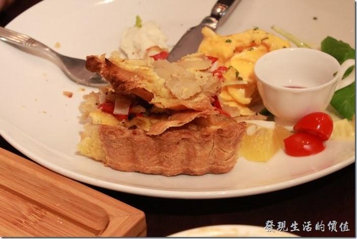 台南-mumu小客廳早午餐。【法式鹹蔬鹹派】的餅皮非常酥脆,內餡也做得非常好吃,但這類法式鹹派的缺點是吃完厚嘴巴會非常渴,因為太乾了,鹹派內有洋蔥、甜菜根以及以些蔬菜。