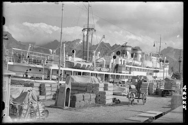 Fototeca del patrimonio Nacional. El INFANTA CRISTINA en Santa Cruz de Tenerife. Foto Loty. Ca. 1930.jpg