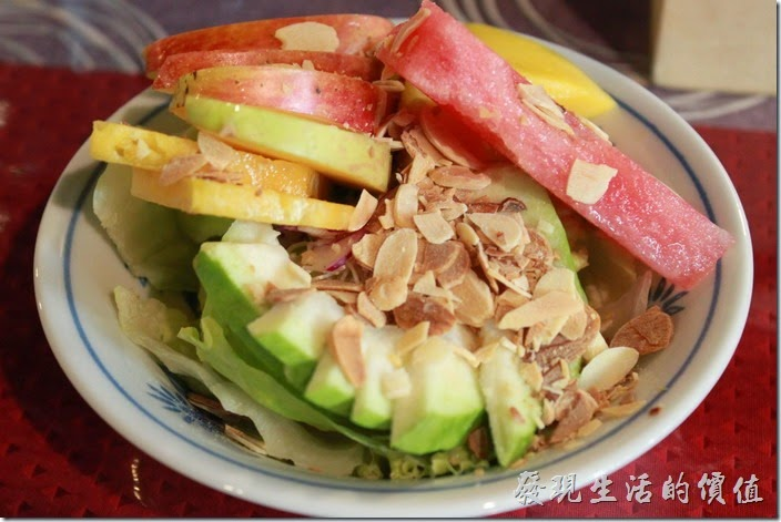 台南-栗子咖啡。餐前沙拉,真的是非常的水果沙拉,使用原味優格沙拉醬(類似養樂多),上頭除了芭樂、蘋果、西瓜、芒果、鳳梨與生菜外,還撒上了滿滿的杏仁片,吃起來真的超滿足。