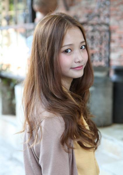 long wavy Korean hairstyle for girls