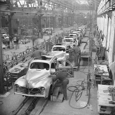 Atelier de ferrage des Peugeot 203 en 1948