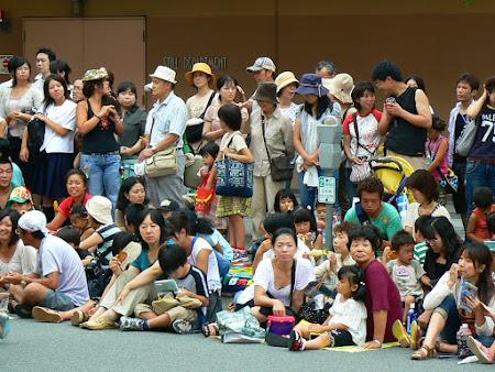 Imagini Osaka: asteptand parada Baby Shrek
