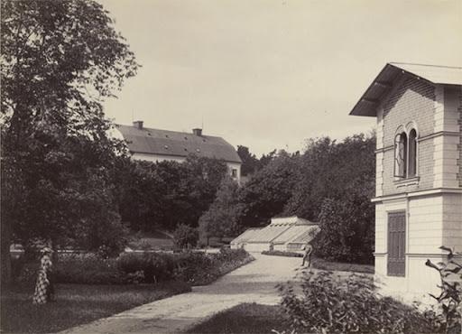 Parken 1892. Pumhuset till vänster och lassarettet i fonden.