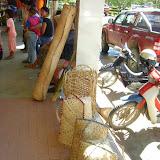 写真2 : ブラガ市場で売られるシハンが作成したラタン加工品(バスケット、マット、箒、食用のラタンの若芽など)(2008年7 月ブラガ市場にて加藤撮影)