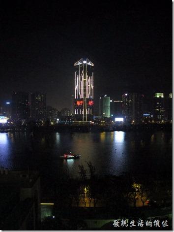 惠州-康帝國際酒店。拉開羅馬簾後就可以看到東江的江面,剛好有一艄渡輪經過。