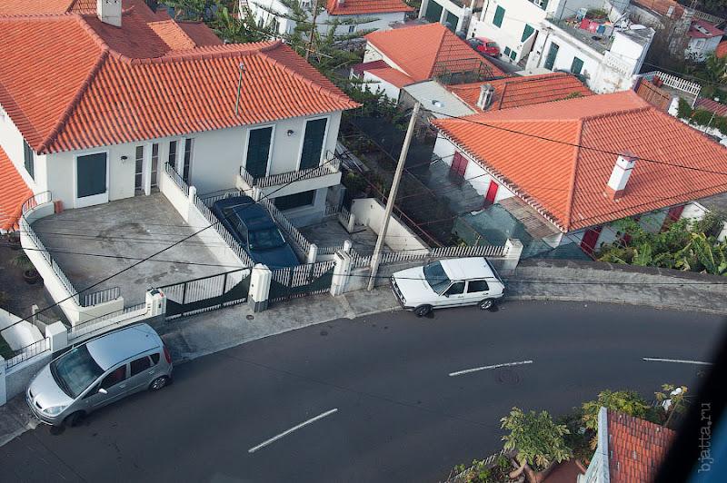 """15. Поразившая плотность парковки, глядя на ту тёмно синюю машину, осознаёшь, почему в европе так популярны всякие """"малюхи"""". Канатная дорога. Фуншал. Мадейра. Круиз на Costa Concordia."""