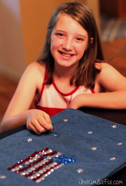 Using tacky glue and inexpensive plastic rhinestones, kids can create a sparkling American flag pillow. This project is great for kids ages 5 and up.