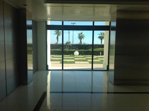 """<Img src = """"image.jpg"""" alt = """"hotel las arenas, valencia, sala de exposiciones"""">"""