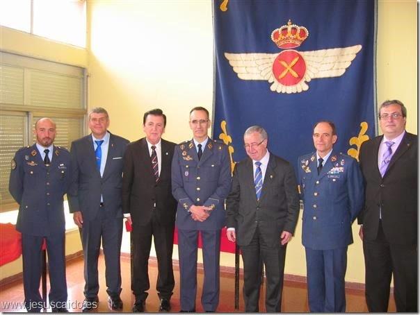 La comisión de la Cofradía con el General Ruiz Nogal, Coronel García Cifo y el actual Capitán Jefe de la Escuadrilla, Ulpiano Yrayzoz