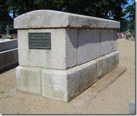 Le curé Prévert occupe le tombeau du curé Eraud dans le nouveau cimetière mais le premier occupant n'est pas signalé sur la plaque