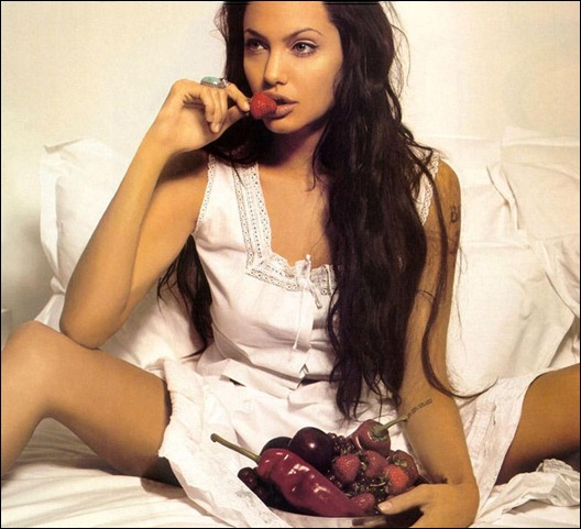 Angelina_Jolie_eating_fruits_on_bed_8P24BD