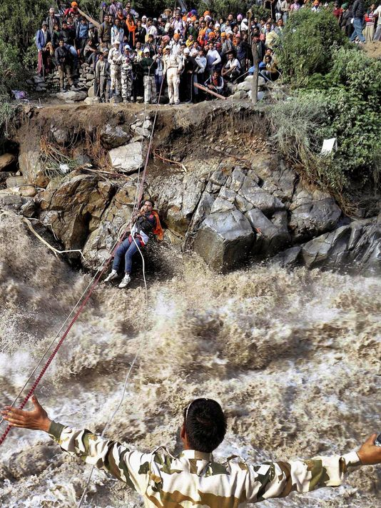 A rope is used to rescue pilgrims trapped by flood waters in northern India on 20 June 2013. Photo: AP