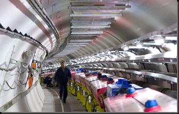 Técnicos do CERN verificam o experimento OPERA (Foto: AP)