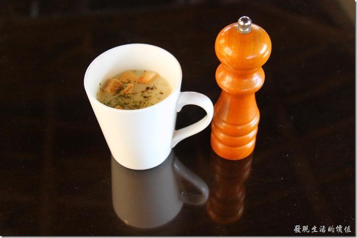 台南-鹿角枝老房子咖啡。早午餐的前湯,玉米濃湯,喝起來沒什麼味道耶!還好滂旁邊有胡椒,加了胡椒後果然比較好喝了點。