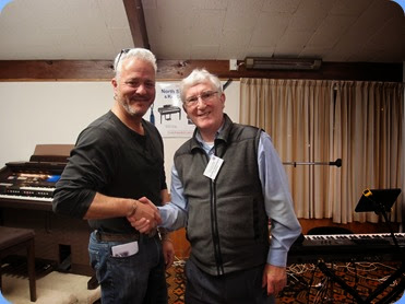 Club President, Gordon Sutherland, thanking Deryn Trainer for his fantastic concert. Photo courtesy of Dennis Lyons