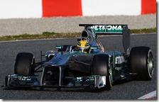 Hamilton con la Mercedes nei test di Barcellona 2013
