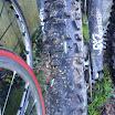 2012-01-08_Sortie Séné (5).JPG - C\'est pas une petite balafre dans le pneu qui empêchera Guy de faire du VTT !!!