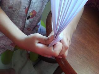 ... lipatan itu dah jadila kipas...ni la model kipas kertas hehehe