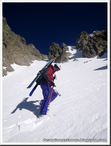Canal Central SO 200m 50º con esquis (Pico de la Montañeta 2552m, Benasque, Pirineos) (Isra) 3343