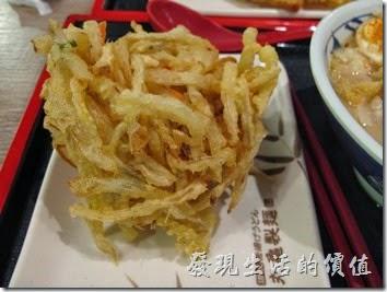 台南新光三越-丸龜製麵烏龍麵。這是我們點的炸物,有牛蒡炸蔬菜、炸蕃薯、炸蝦。