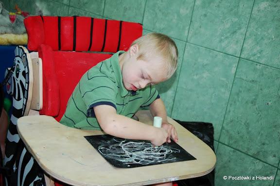 Terapia ręki - rysuję kredą