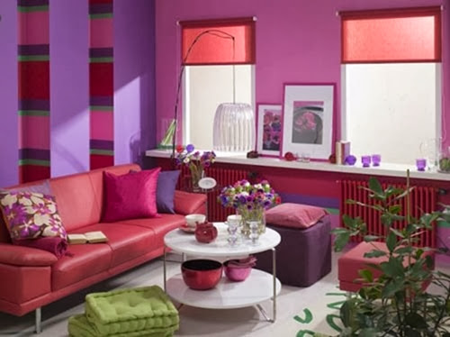 Wnetrze inspirowane natura, kolory anemonow: roz, czerwien i nasycony fiolet na scianach salonu.<br />Projekt i stylizacja: Karolina Chmielnik-Dubaj