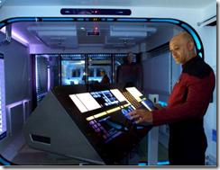 Tony operando o painel de controle da Enterprise, em seu apartamento
