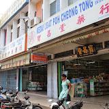 写真10:  ペナン、A地区の卸売店(左奥)と小売店(右手前)(撮影:市川 哲)