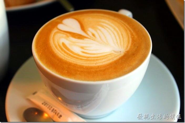 台南-席瑪朵咖啡烘培棧。這杯是熱的卡布其諾咖啡,個人感覺比較像其他咖啡館的拿鐵咖啡,咖啡與牛奶的味道濃郁,非常好喝,工作熊推薦這杯咖啡。