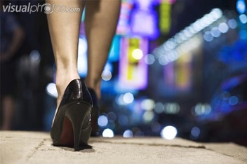woman_walking_in_high_heels_at_night_42-18718502