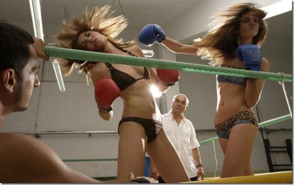 Garotas sexys lutando boxe de biquíni (1)