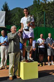 il dott. Carlo della Torre consegna il trofeo            alla vincitrice Alice Moroni