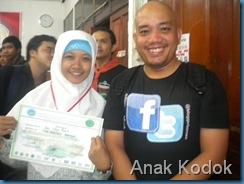 Salah satu wakil tim putri SMA Mujahidin dengan Dwi Wahyudi