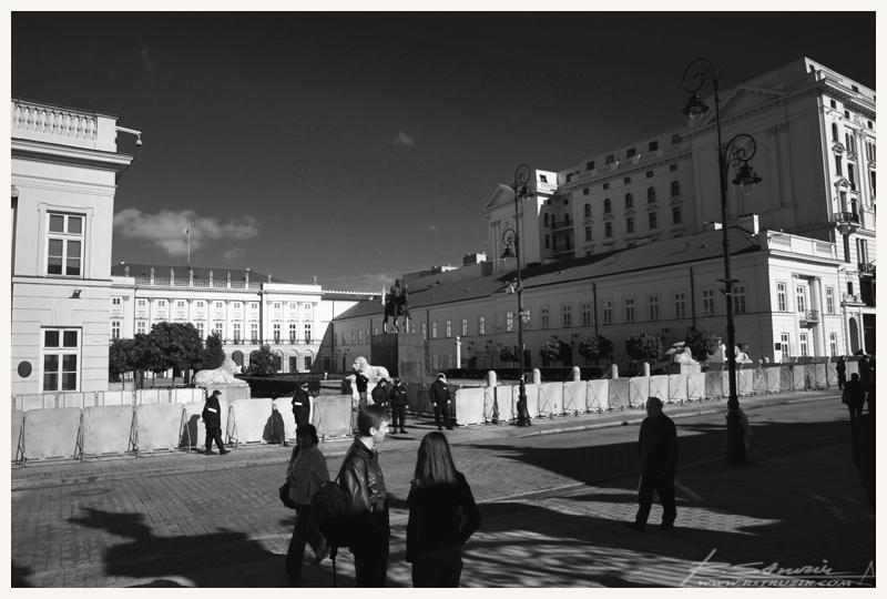 """Warszawa. Półtora tygodnia w drodze, 2200km podróży i... magiczna godzina 8:15 kiedy to w telewizji gruchnęło gromkie """"Gdzie jest krzyż, gdzie jest krzyż?"""". Tyle przejechać i nie uwiecznić... wściec się można."""