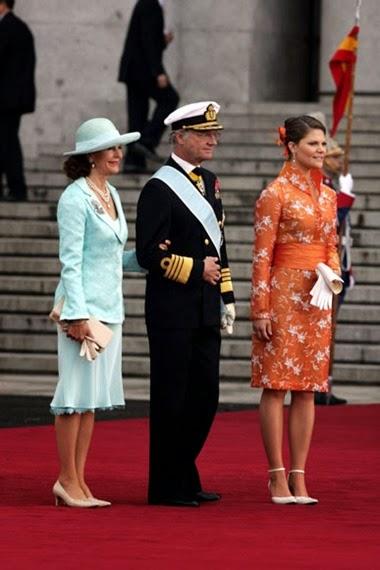 El rey Carlos Gustavo de Suecia llegó con la reina Silvia, que lucía un traje con chaqueta de man