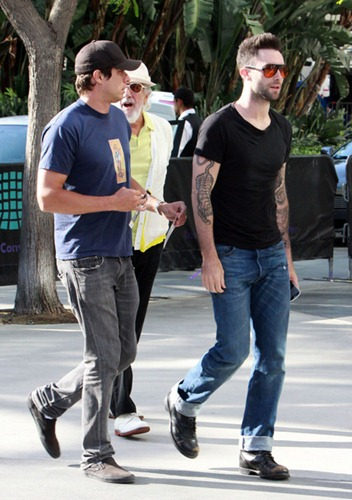 Adam Levine Celebrities Arriving Lakers Game m1uglDMPoqGl
