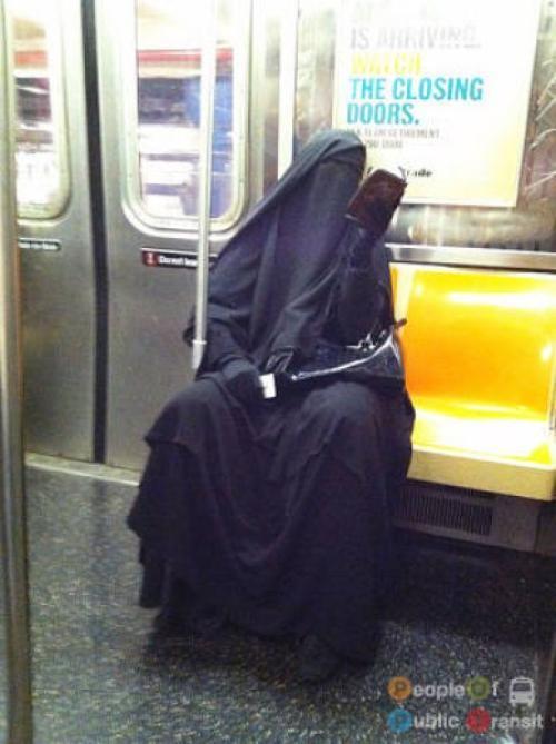 pessoas bizarras em metrô (14)