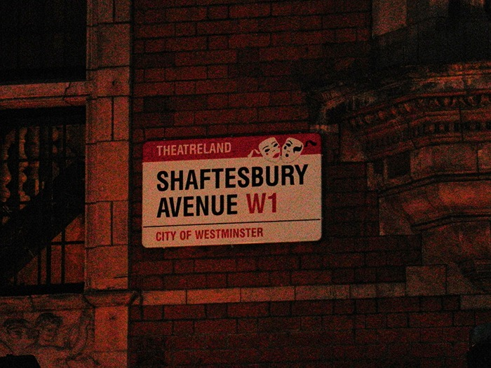 Shaftesbury-Avenue-Singin-in-the-Rain