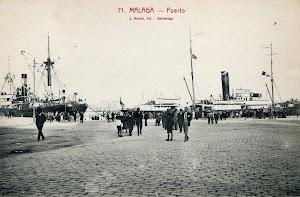 En el puerto de Málaga con los primeros colores de la Compañía Trasmediterránea. Casco negro, superestructuras en blanco y chimenea negra con franja roja.JPG