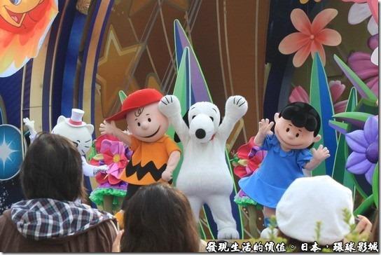 日本還球影城-Dreams Are Universal ,史努比、查理布朗、露西一起同台跳舞。